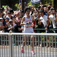 トップで東京タワー前を走り抜ける設楽悠太=東京都港区で2019年9月15日、小川昌宏撮影