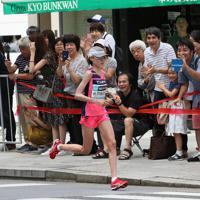 銀座の街を力走する前田穂南=東京都中央区で2019年9月15日、吉田航太撮影