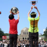 表彰式で女子1位の前田穂南(手前右)と2位の鈴木亜由子(同左)に声援を送る人たち=東京都港区で2019年9月15日、久保玲撮影
