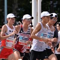 約12キロ付近、集団の中で力走する(左から)中村匠吾、服部勇馬、大迫傑=東京都中央区で2019年9月15日、関口純撮影
