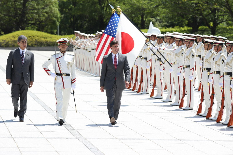栄誉礼を受けるエスパー米国防長官(中央)と岩屋毅防衛相=東京都新宿区の防衛省で2019年8月7日、小川昌宏撮影