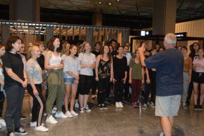 「陸の孤島」となった成田空港のロビーで、美しい歌声を披露するスロバキアの合唱団=千葉県成田市で2019年9月9日