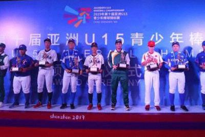野球のU15アジア選手権のクロージングセレモニーでの授賞式。一番左は、首位打者を取ったパキスタンの選手。最高殊勲選手と最優秀投手には日本の選手が選ばれた=中国・深圳で8月25日(アジア野球連盟提供)