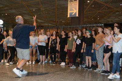 「陸の孤島」となった成田空港のロビーで、美しい歌声を披露するスロバキアの合唱団=千葉県成田市で2019年9月9日午後11時19分、中村宰和撮影