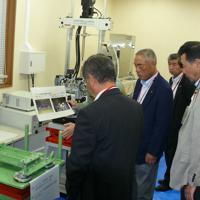 安全技術の研究施設を視察する議員たち=静岡県御前崎市の中部電力浜岡原発で