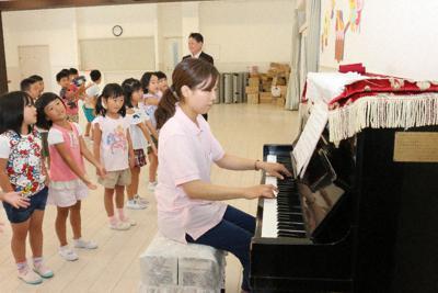 伊勢湾台風で寄贈された「愛のピアノ」の伴奏で歌う園児ら=名古屋市南区氷室町2のみなみ保育園で6日、野村阿悠子撮影