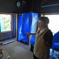 電気は16日午後9時ごろに復旧したという、一人暮らしの岩科清子さん(73)。「ビニールシートは張ってもらえたが、台風とその後の雨で部屋の中は泥だらけ、土壁もはがれてきた」。現在は友人宅に避難している岩科さんだが、「家に住み続ける事もできず、まだ被災状況の調査も来ていない。これから住む場所をどうすればいいのか」と窮状を訴えた=千葉県館山市布良で2019年9月17日午後0時45分、手塚耕一郎撮影