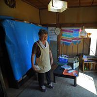 電気は16日午後9時ごろに復旧したという、一人暮らしの岩科清子さん(73)。「ビニールシートは張ってもらえたが、台風とその後の雨で部屋の中は泥だらけ、土壁もはがれてきた」。現在は友人宅に避難している岩科さんだが、「家に住み続ける事もできず、まだ被災状況の調査も来ていない。これから住む場所をどうすればいいのか」と窮状を訴えた=千葉県館山市布良で2019年9月17日午後1時52分、手塚耕一郎撮影