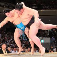 剣翔(右)が明生を上手投げで破る=東京・両国国技館で2019年9月17日、玉城達郎撮影
