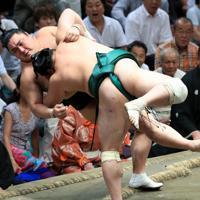 佐田の海(手前)に寄り倒しで敗れる隠岐の海=東京・両国国技館で2019年9月17日、梅村直承撮影