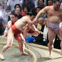 琴恵光(右)を寄り切りで破る炎鵬=東京・両国国技館で2019年9月17日、梅村直承撮影