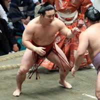 取り組み中に琴恵光(右)と距離を取る炎鵬=東京・両国国技館で2019年9月17日、梅村直承撮影