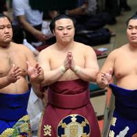 土俵入りする炎鵬(中央)=東京・両国国技館で2019年9月17日、梅村直承撮影