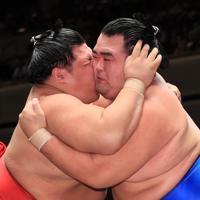 激しくぶつかり合う琴奨菊(左)と阿武咲=東京・両国国技館で2019年9月17日、玉城達郎撮影