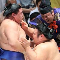 正代(左)を押し倒しで降した貴景勝=東京・両国国技館で2019年9月17日、梅村直承撮影