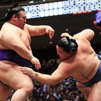 貴景勝(左)が押し倒しで正代を降す=東京・両国国技館で2019年9月17日、玉城達郎撮影