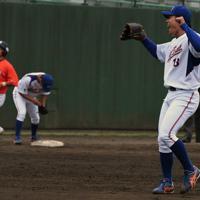 【関東代表】NTT東日本(6大会連続15回目)写真は最後の打者を打ち取り、笑顔を見せるNTT東日本の沼田