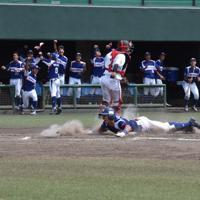 【東海代表】ホンダ鈴鹿(2大会連続13回目)写真は勝ち越しのランニング本塁打を放ち、生還するホンダ鈴鹿の長野