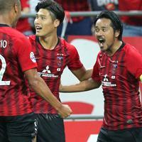 【浦和―上海上港】前半、ゴールを決めて喜ぶ浦和の興梠(右)=埼玉スタジアムで2019年9月17日、宮武祐希撮影