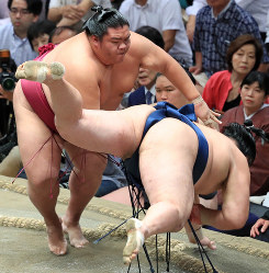 Sekiwake Mitakeumi, left, slaps down and defeats No. 4 maegashira Tamawashi at the Autumn Grand Sumo Tournament on Sept. 17, 2019, in Tokyo. (Mainichi/ Naotsune Umemura)