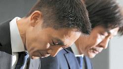 記者会見で謝罪するリクルートキャリアの小林大三社長(左)と浅野和之執行役員=東京都千代田区で8月26日、手塚耕一郎撮影