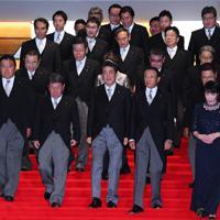 初閣議を終えて、記念撮影に向う安倍晋三首相(手前中央)と新閣僚たち=首相官邸で2019年9月11日、北山夏帆撮影