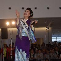 手拍子に合わせて宮古復興応援歌を歌う市川由紀乃さん。発表前には市川さんに市の復興親善大使の委嘱状が手渡された=岩手県宮古市の市民交流センターで