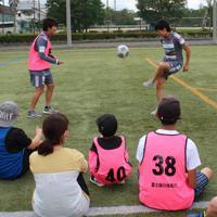 FCふじざくらの選手の練習を見る子どもたち=山梨県鳴沢村で