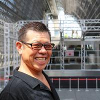 原点の地で。高校時代に当時の駅構内で「俳優募集」の張り紙を見たことから、俳優の道が切り開かれた=京都市のJR京都駅ビルの大階段で、大澤重人撮影