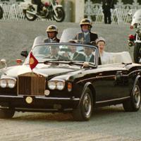 前回の代替わりの即位祝賀パレードではロールスロイスのオープンカーが使用された=東京都千代田区皇居外苑で1990年11月12日