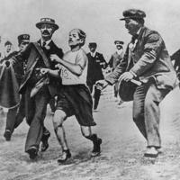 第4回ロンドン大会男子マラソンで競技役員らに介助されてゴールするピエトリ選手(手前右から2人目)=1908年7月24日撮影