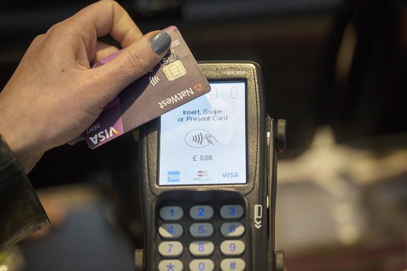 非接触決済でクレジットカードの機能性が向上(Bloomberg)
