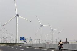 風力発電は年々拡大している(Bloomberg)