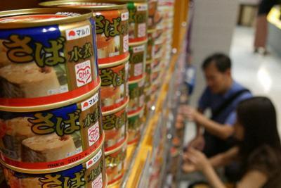 店頭に並ぶマルハニチロのサバ缶=深津誠撮影