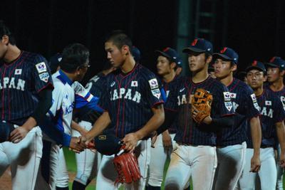 6日の韓国戦で延長十回逆転サヨナラ負けし、落胆した表情で韓国選手と握手をする高校日本代表の選手たち=韓国・機張で2019年9月6日午後9時42分、石川裕士撮影