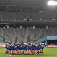 開幕戦に向けたトレーニングで円陣を組むロシア代表の選手たち=東京・味の素スタジアムで2019年9月19日、藤井達也撮影