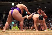 Sekiwake Takakeisho, left, thrust downs and defeats No. 6 maeghashira Myogiryu at the Autumn Grand Sumo Tournament on Sept. 19, 2019, in Tokyo. (Mainichi/ Kaho Kitayama)