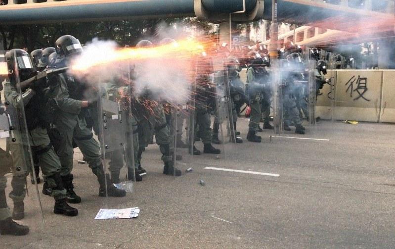 催涙弾を発射する警官隊。警官隊とデモ隊の衝突は激化の一途をたどり、現場を 取材する記者の負傷者も相次いでいる=香港・観塘で2019年8月24日、福岡 静哉撮影