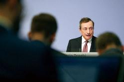 記者会見したECBのドラギ総裁。緩和策の「出尽くし感」が漂う(Bloomberg)