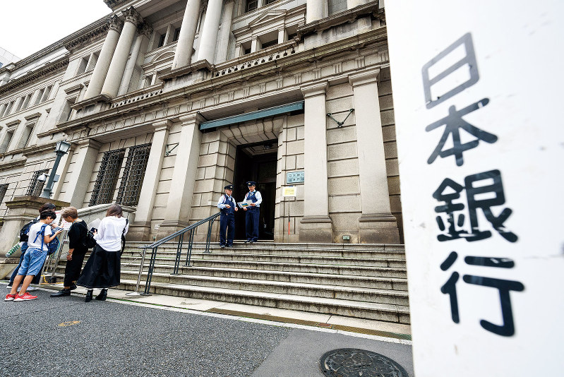 金融緩和によるカネ余りが将来の活力を奪いかねない(Bloomberg)
