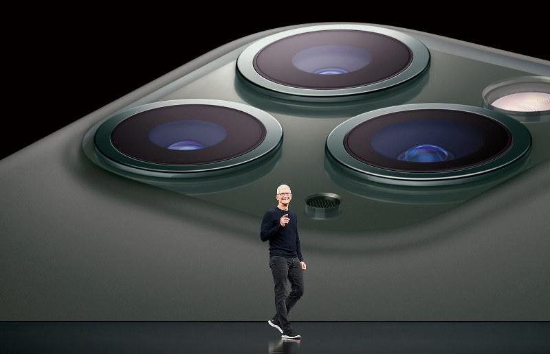 アップルが発表した新型iPhone。今回はカメラ3眼化に注目が集まった(アップル提供)
