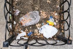 猛暑の影響でゴミの悪臭被害も広がった(Bloomberg)
