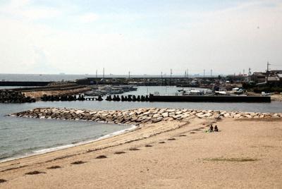 江井ケ島海水浴場(手前)と江井ケ島漁港=兵庫県明石市で、高尾具成撮影