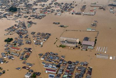 堤防が決壊し、濁流に覆われた倉敷市真備町地区。奥は高梁川=岡山県で2018年7月7日、本社ヘリから加古信志撮影
