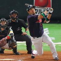 畠山和洋(ヤクルト)36歳/ドラフト5位で2001年に入団。豪快な打撃で主軸として活躍した。15年には105打点で打点王に輝き、チームのリーグ制覇に貢献。ゴールデングラブ賞にも2度輝いた=ヤフオクドームで2015年10月24日、和田大典撮影