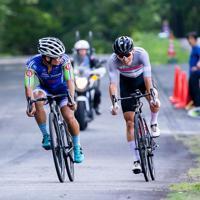 2位争いの牽制に入る中里仁(Rapha Cycling Club)と紺野元汰(イナーメ信濃山形)=JBCF提供