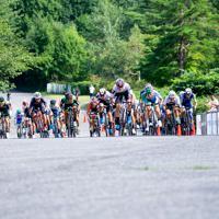 メイン集団の先頭は沢田桂太郎(チームブリヂストンサイクリング)が獲った=JBCF提供