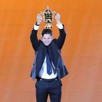 開会式でウェブ・エリス杯を掲げるリッチー・マコウ氏=東京・味の素スタジアムで2019年9月20日、宮武祐希撮影
