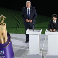 開会式であいさつされる秋篠宮さま。左ワールドラグビー会長のビル・ボーモント=東京・味の素スタジアムで2019年9月20日、宮武祐希撮影