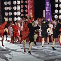 開会式を盛り上げるパフォーマー=東京・味の素スタジアムで2019年9月20日、藤井達也撮影